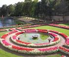 La pièce d'eau et le massif de fleurs ronds
