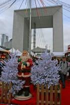 Le Père Noel devant le portail du Paradis