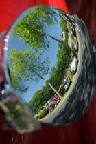 Le reflet du meeting sur bouchon d'une Mini Cooper