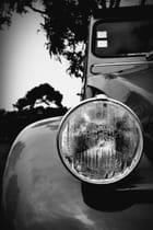Le regard d'une ancienne et belle voiture traversant les années...