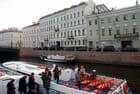 les bateaux sur les canaux de Saint Péterbourg