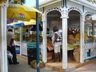 Les belles échoppes du marché de Marigot.