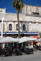 les cafés restaurants au bas des murailles du Palais Dioclétien