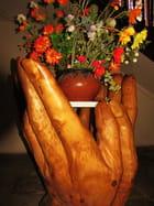 Les deux mains tendues.