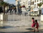 Les enfants et les jets d'eau de la place du marché
