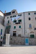 les immeubles face à la cathédrale