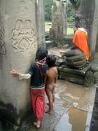 Les petits curieux d'Angkor
