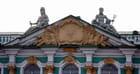 les statues au fronton de l'immeuble