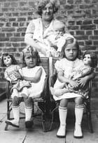 Madame et ses 3 poupées