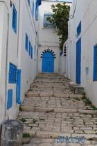 Maison blanche et porte bleue