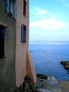 Mer et volets bleus