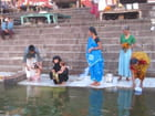 On se purifie dans l'eau du Gange