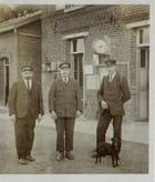 Papy Arthur, au centre, chef de gare de Houplines