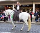 Parade de Noël - Le cheval blanc et sa cavalière