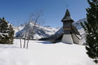Petite chapelle de montagne en hiver