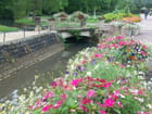Pont et cours d'eau fleuris