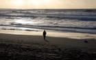 promenade dans le coucher de soleil au bord de l'Océan