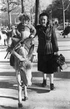 Promenade sur les Champs Elysées en 1951