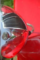Reflet de la calandre d'une MG