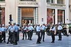 Séance photo des Pompiers de Paris devant Louis Vuitton