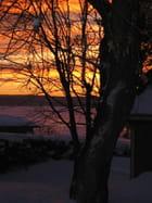Soleil rouge sur lac gelé