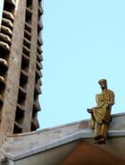 statue insolite dans les hauteurs de la Sagrada familia