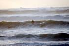 surfeurs dans l'océan déchaîné