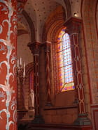 Tonalité chaleureuse à l'intérieur de l'église Saint Austremoine d'Issoire