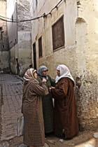 Trois commères dans une ruelle