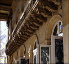 Un balcon richement décoré