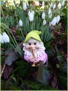 Un  petit nain trompettiste dans le jardin