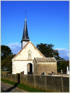 Une petite église et son cimetière dans la campagne normande