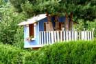 Une petite maison bleue dans les arbres