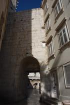 une porte dans la muraille du Palais Dioclétien