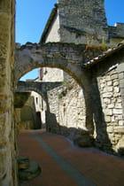 Une ruelle dans le village fort d'aramon
