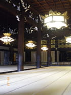 Une salle du temple Shinshu Honbyo