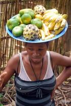 Vendeuse de fruits au passage du train pour Manakara