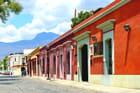 Ville coloniale joliment colorée.