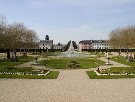 Palais épiscopal et son jardin à Lisieux