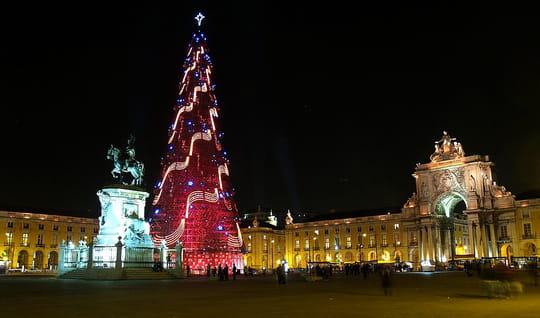 جمهورية البرتغال .. Nouvel-an-illuminations-sapins-lisbonne-portugal-636407733-909002