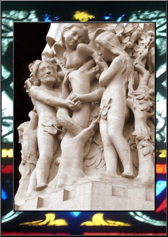 """""""Le péché originel"""" -  Bas-relief ornant le portail de la Vierge de Notre-Dame. On y voit  représentée la tentation d'Adam au jardin d'Éden par la diablesse  Lilith, séductrice à queue de serpent qui figure dans les écrits  rabbiniques du Talmud de Babylone."""