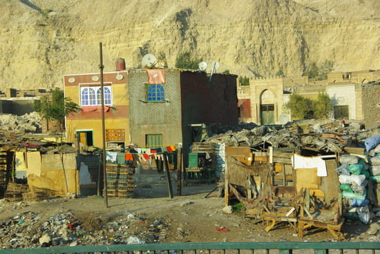 http://image-photos.linternaute.com/image_photo/550/favelas-bidonvilles-le-caire-egypte-1280481679-1288838.jpg