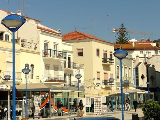 Nazaré au Portugal - Immeubles sur le front de <a class=
