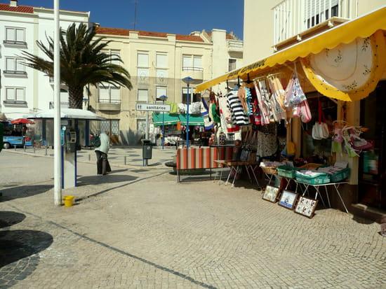 Nazaré au Portugal - Commerces et immeubles sur le front de <a class=
