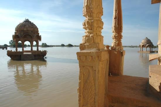 الهند ..جمال و حضارة من مختلف انواعها .. Kiosques-etangs-jaisalmer-inde-8621332050-876404