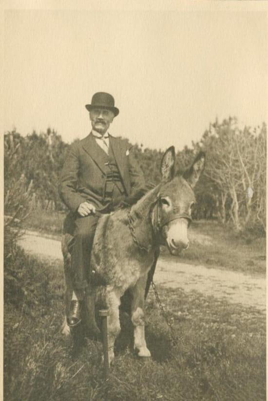 Brave Cadichon ! - Emile Delidon (1872-1961), pharmacien à Nancy, juché sur un baudet du Poitou.