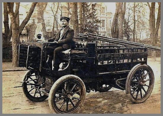 Un oncle électricien - Du côté de mon épouse un grand oncle électricien avec sa voiture vers 1900...