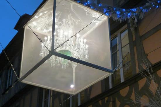 Dedans dehors - Illuminations rue du Dôme, tout près de la cathédrale, pendant le marché de Noël.