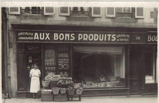 Ma mémé et son épicerie - Ma mémé posant devant son épicerie avant la guerre 39/45