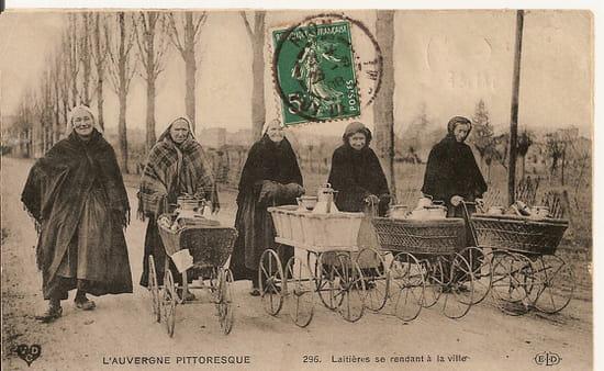 Carte postale anciennes - Les laitières se rendant en ville en Auvergne